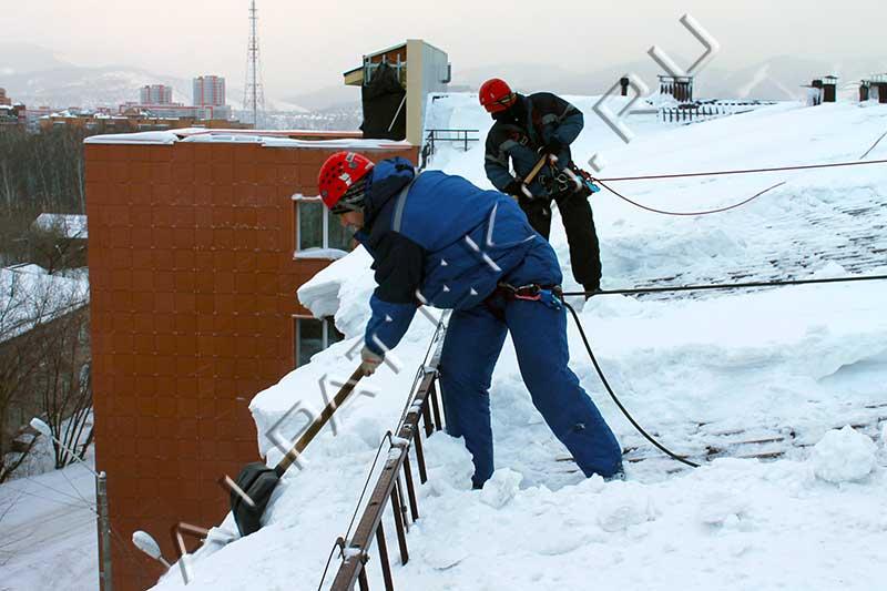 Чистка снега с крыши омск